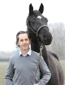 Dr. Erich Scherr arbeitet in einer Gemeinschaftspraxis und ist auf Pferde spezialisiert.